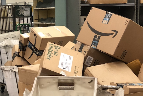 Amazon_boxes_at_USPS
